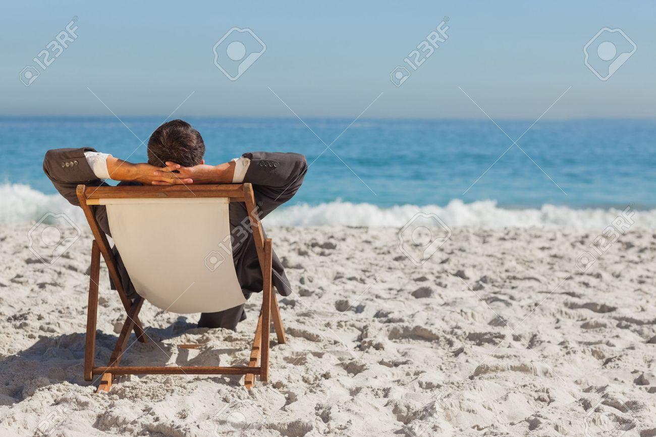 banque dimages jeune homme daffaires de dtente sur son transat sur la plage - Transat De Plage