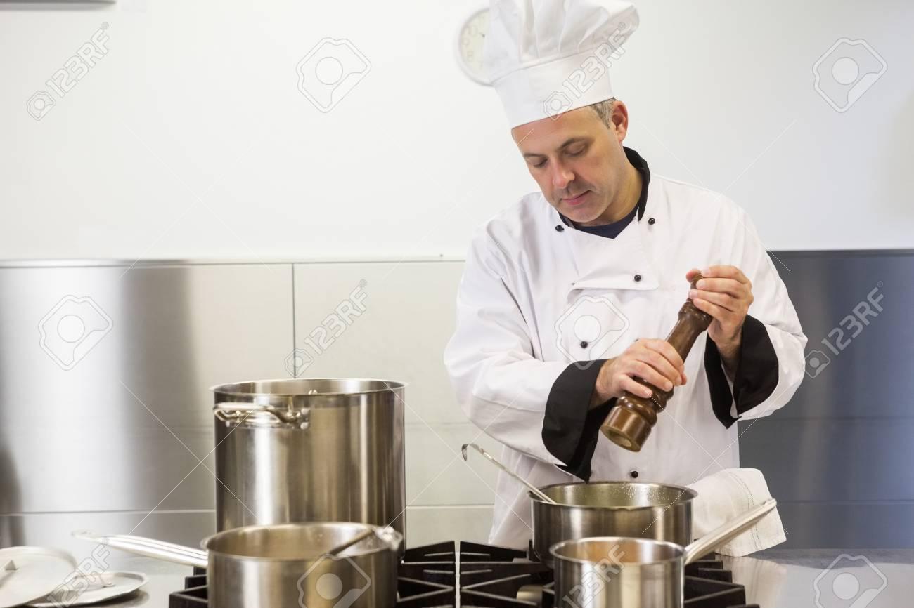 Ciblee Chef De Cuisine A L Aide De Moulin A Poivre En Cuisine