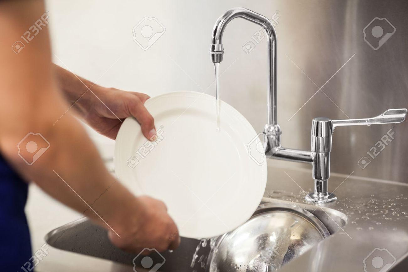Küche Portier Reinigung Weißen Platten In Waschbecken Im Profi-Küche ...
