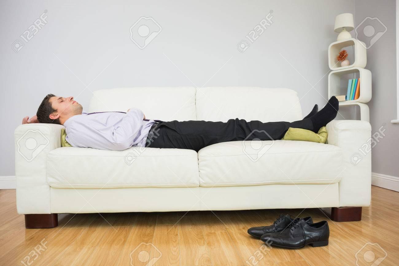 Seitenansicht Eines Jungen Geschäftsmann Müde Schlafen Auf Dem Sofa ...
