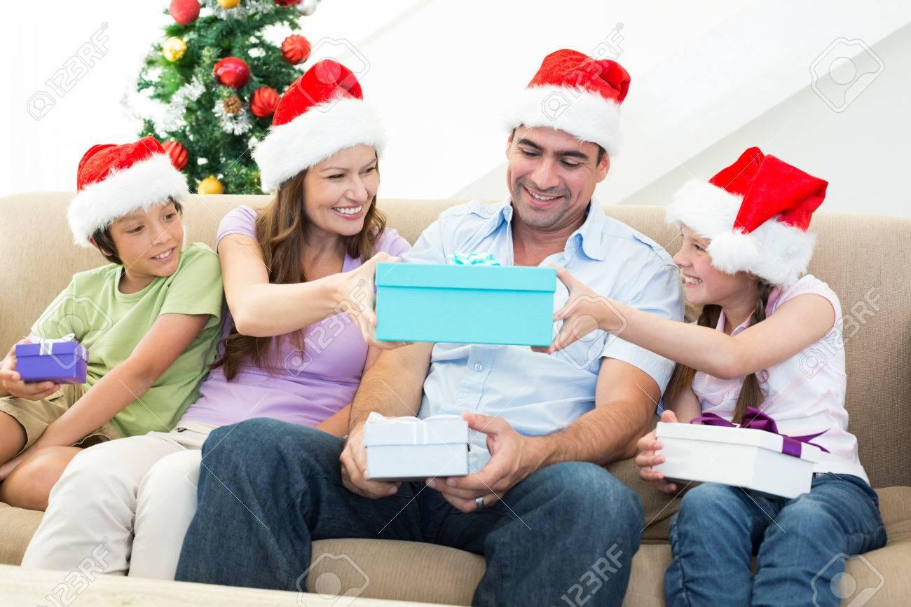 Lächelnde Familie Weihnachtsgeschenke Austauschen Zu Hause ...