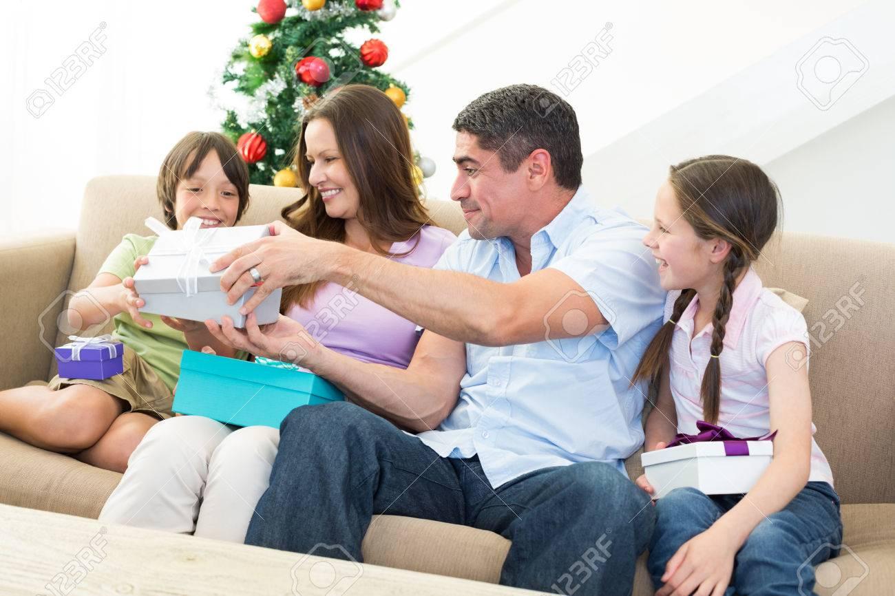 Glückliche Familie, Die Den Austausch Von Weihnachtsgeschenke Zu ...
