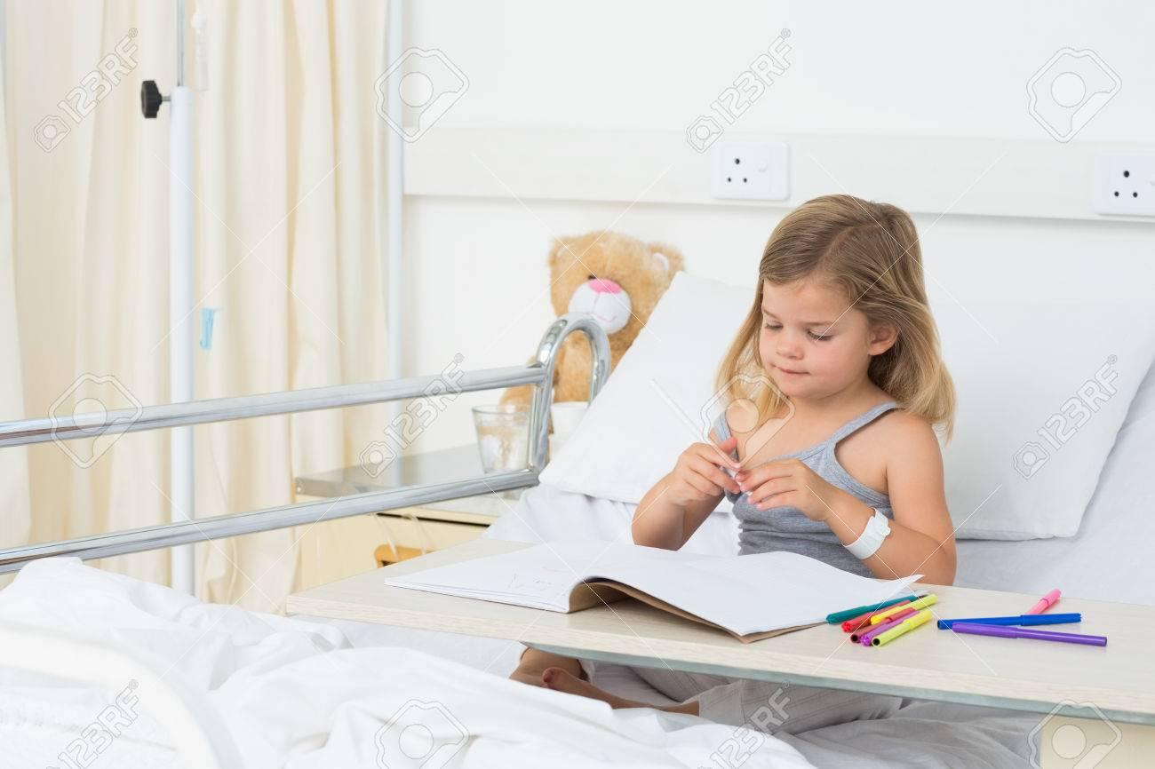 Kleines Krankes Mädchen Ausmalbild Buch Beim Sitzen Auf