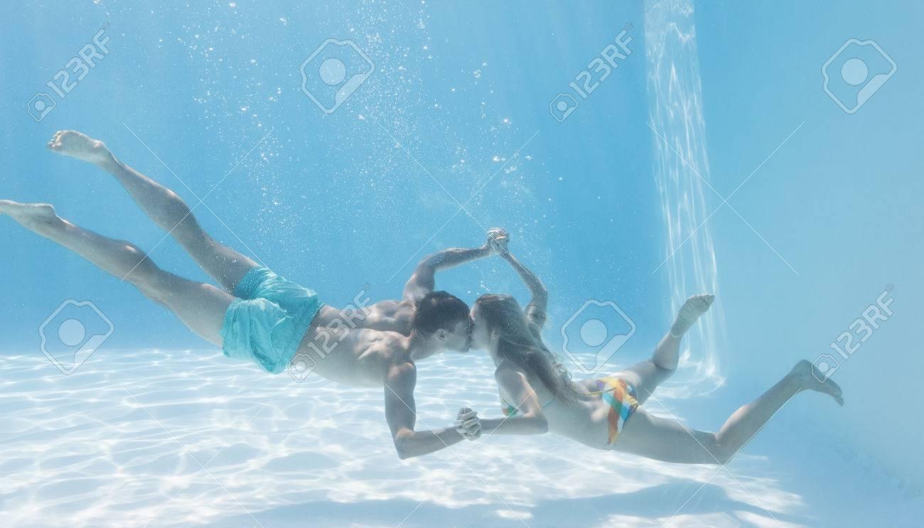 Симпатичная блондинка у бассейна