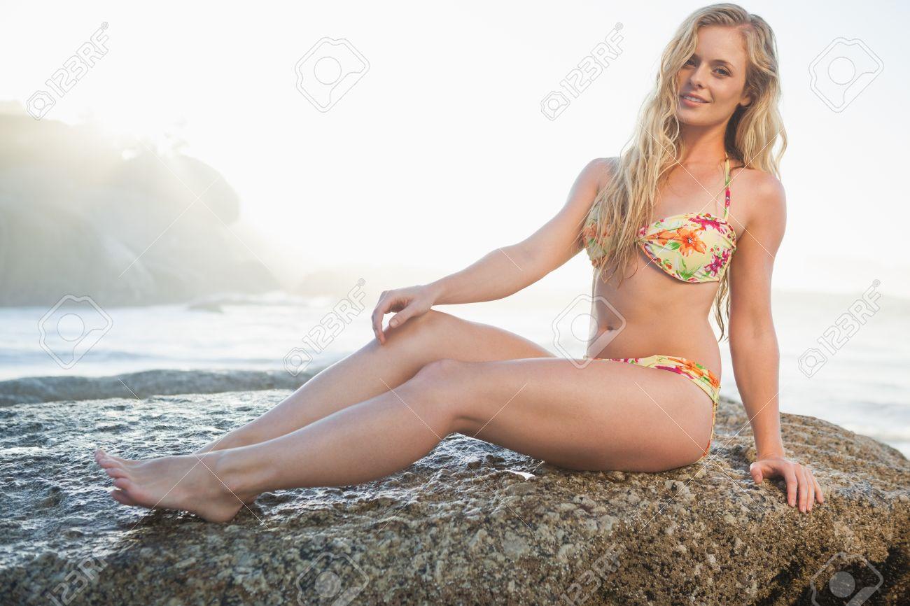 блондинка в бикини фото