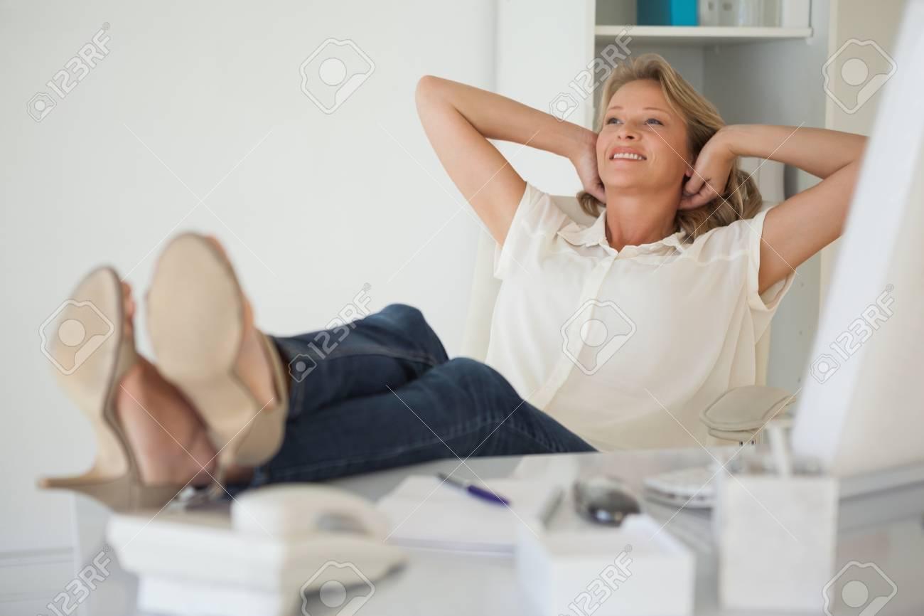 Homme d affaires dans le bureau avec ses pieds sur la table photo
