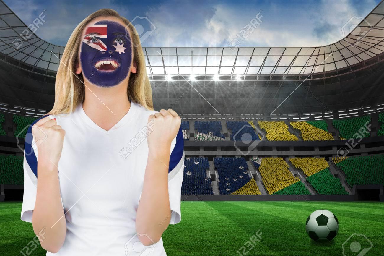 Aufgeregt Australien Fan In Gesicht Malen Jubeln Gegen Grosse Fussball Stadion Mit Brasilianischen Fans