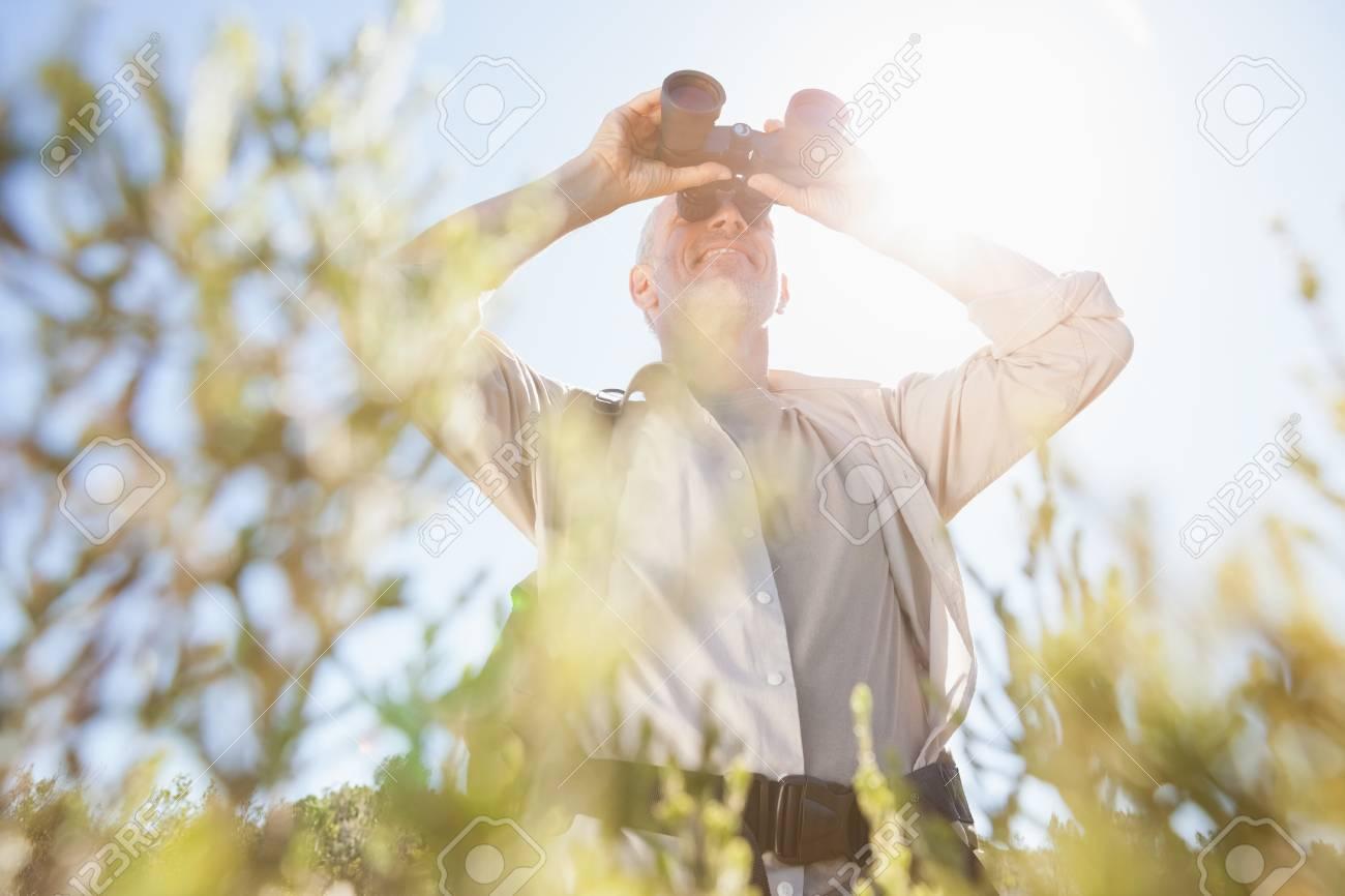 Wanderer stehen auf loipe suche durch ferngläser an einem sonnigen