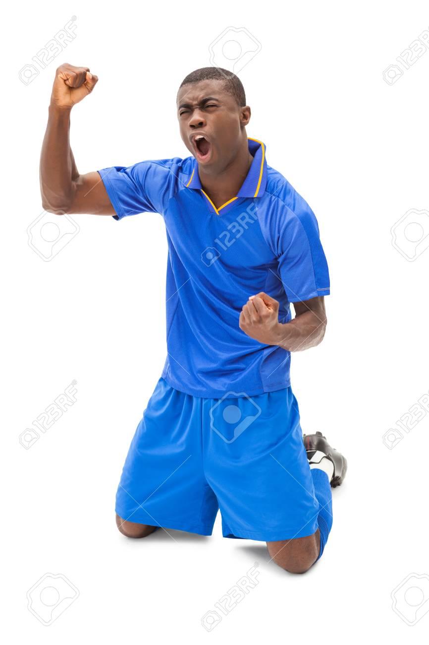 Aufgeregt Fussball Spieler In Blau Jubel Auf Den Knien Auf Weissem Hintergrund