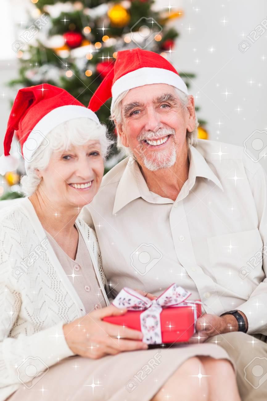 Lächelnden Alten Ehepaar Austausch Weihnachtsgeschenke Gegen ...
