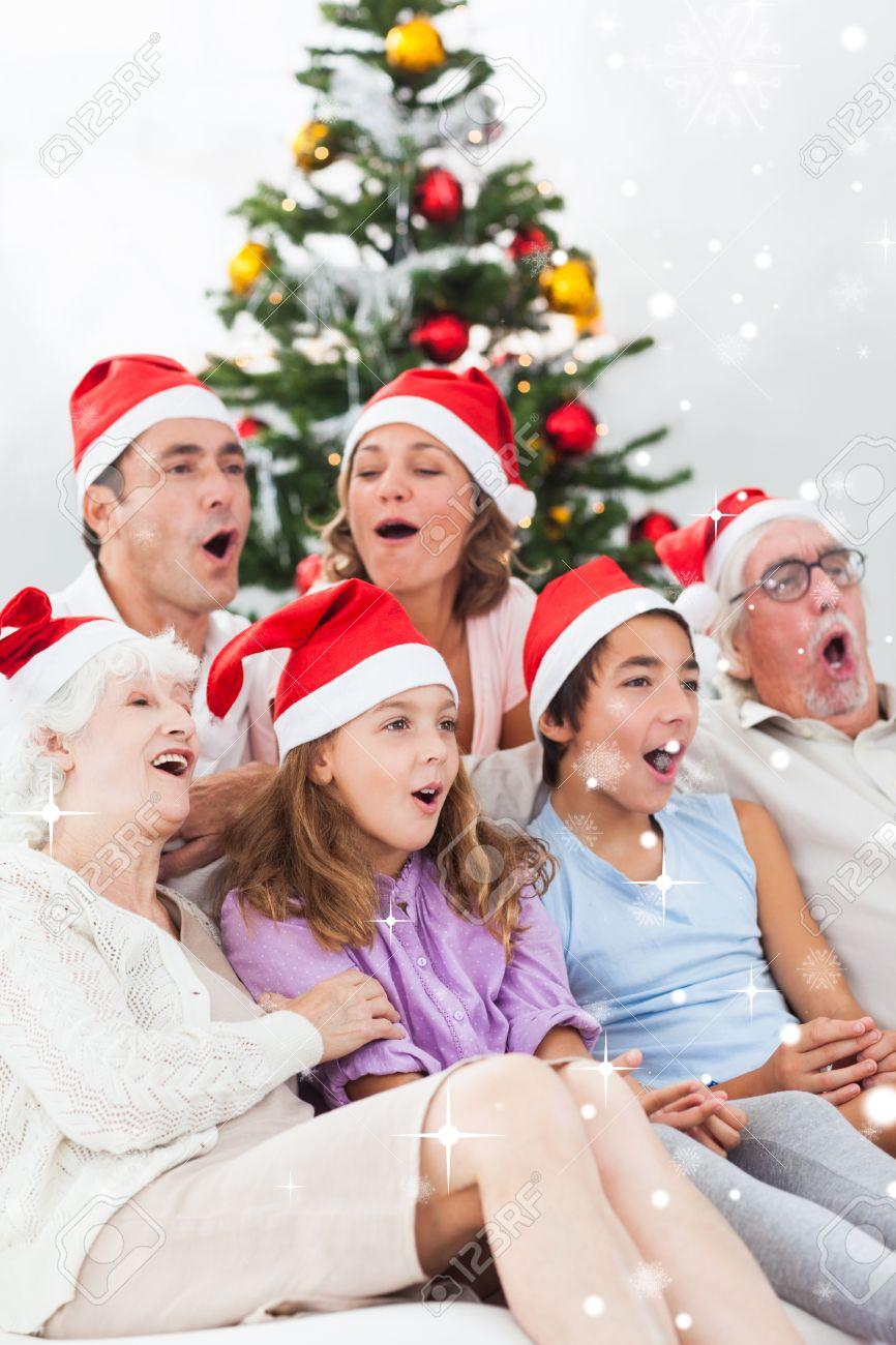Erweiterte Familie Singen Weihnachtslieder Gegen Schnee Fällt ...
