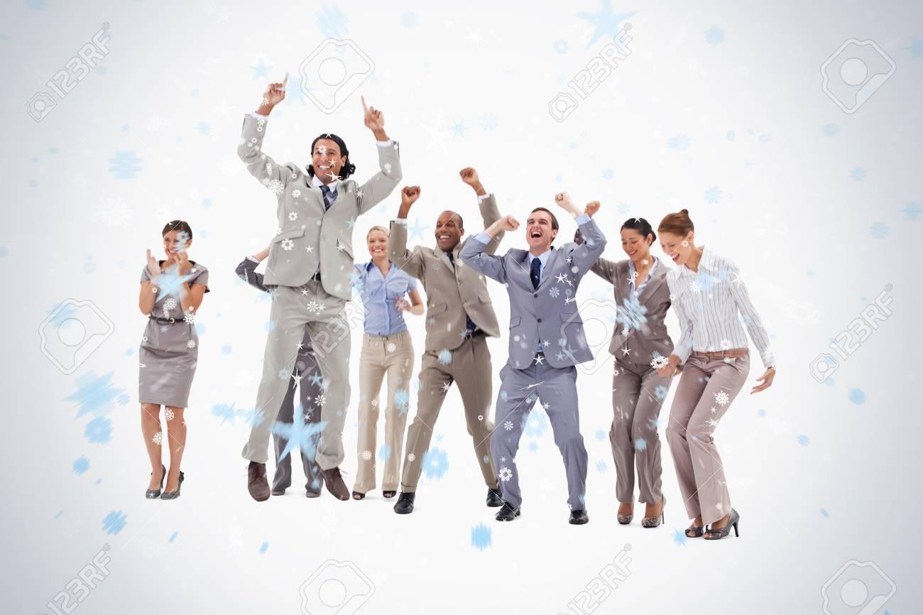 Banque d images - Les gens d affaires très enthousiaste de sauter et  d élever leurs armes contre des chutes de neige 6247335943e