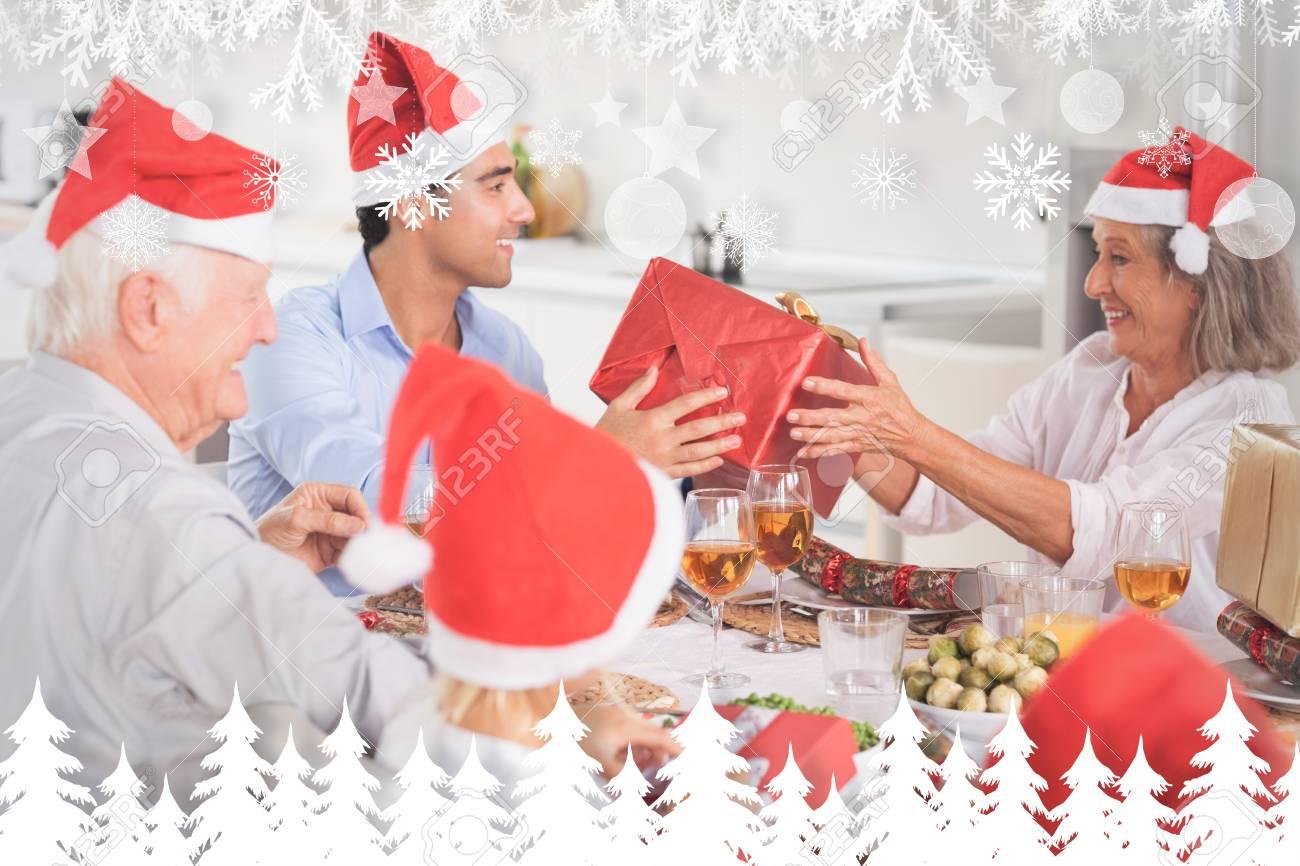 Glückliche Familie, Die Weihnachtsgeschenke Austauschen Gegen ...