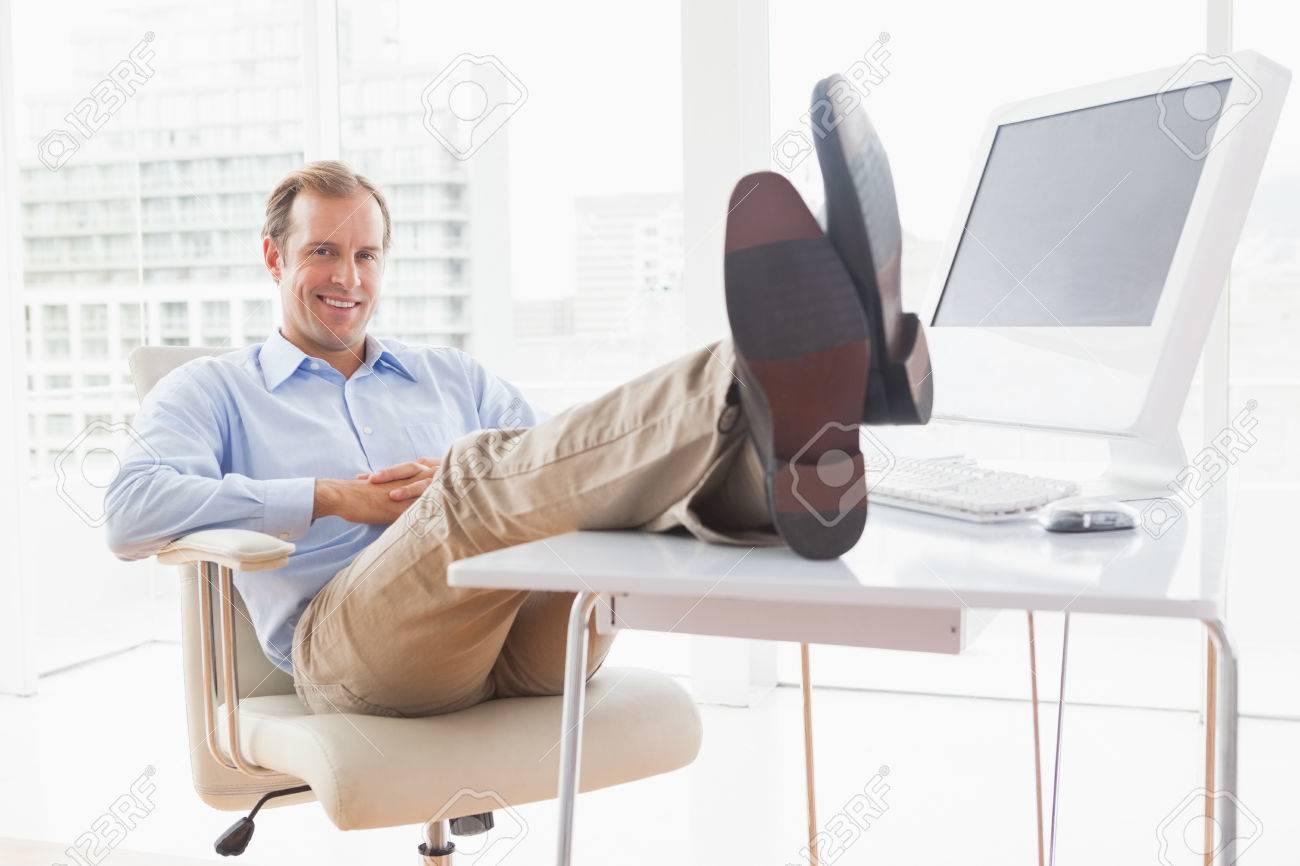 Affaires détendue avec ses pieds dans son bureau banque d images