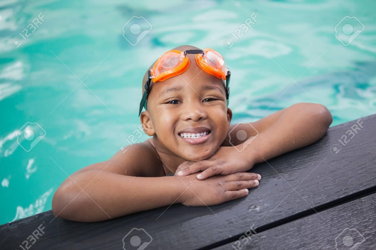 97bc6501c Foto de archivo - Niño pequeño que sonríe en la piscina del centro de ocio