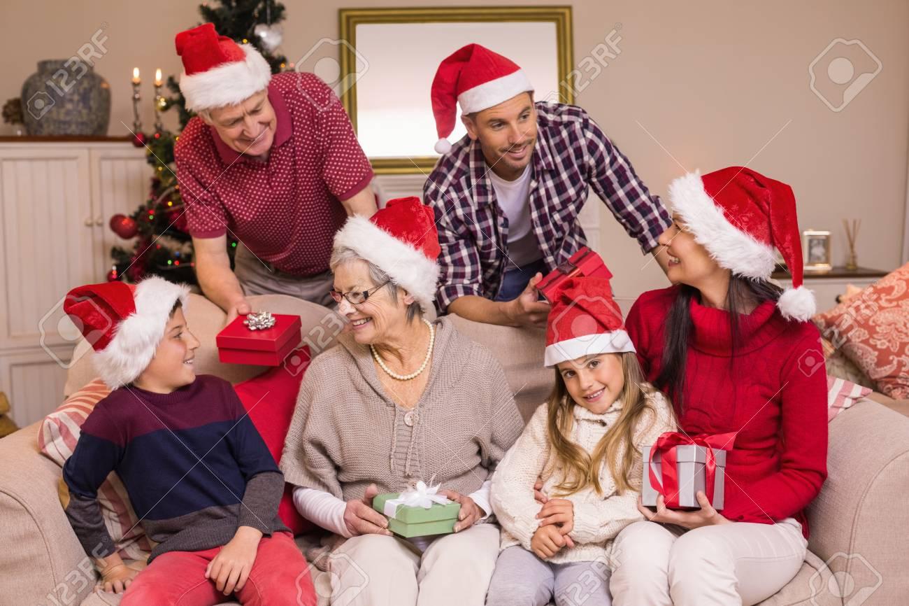 Glückliche Familie, Die Weihnachtsgeschenke Austauschen Zu Hause Im ...
