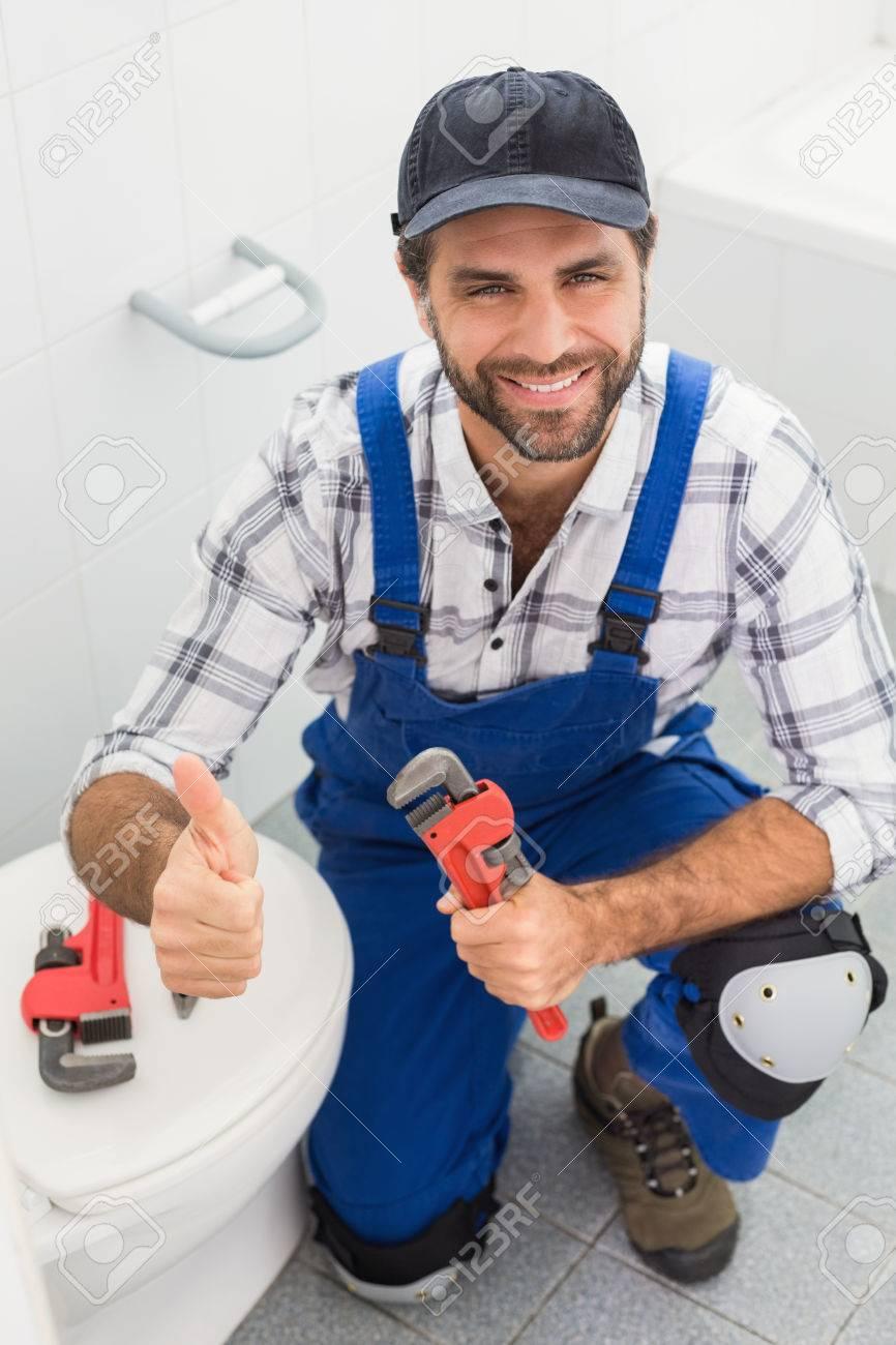 Plumber Lächelnd In Die Kamera Im Badezimmer Lizenzfreie Fotos ...
