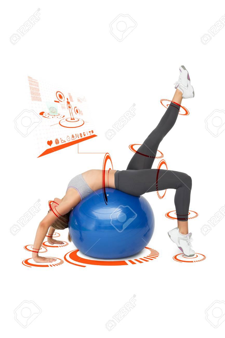 monter jeune femme qui se étend sur ballon de fitness contre l
