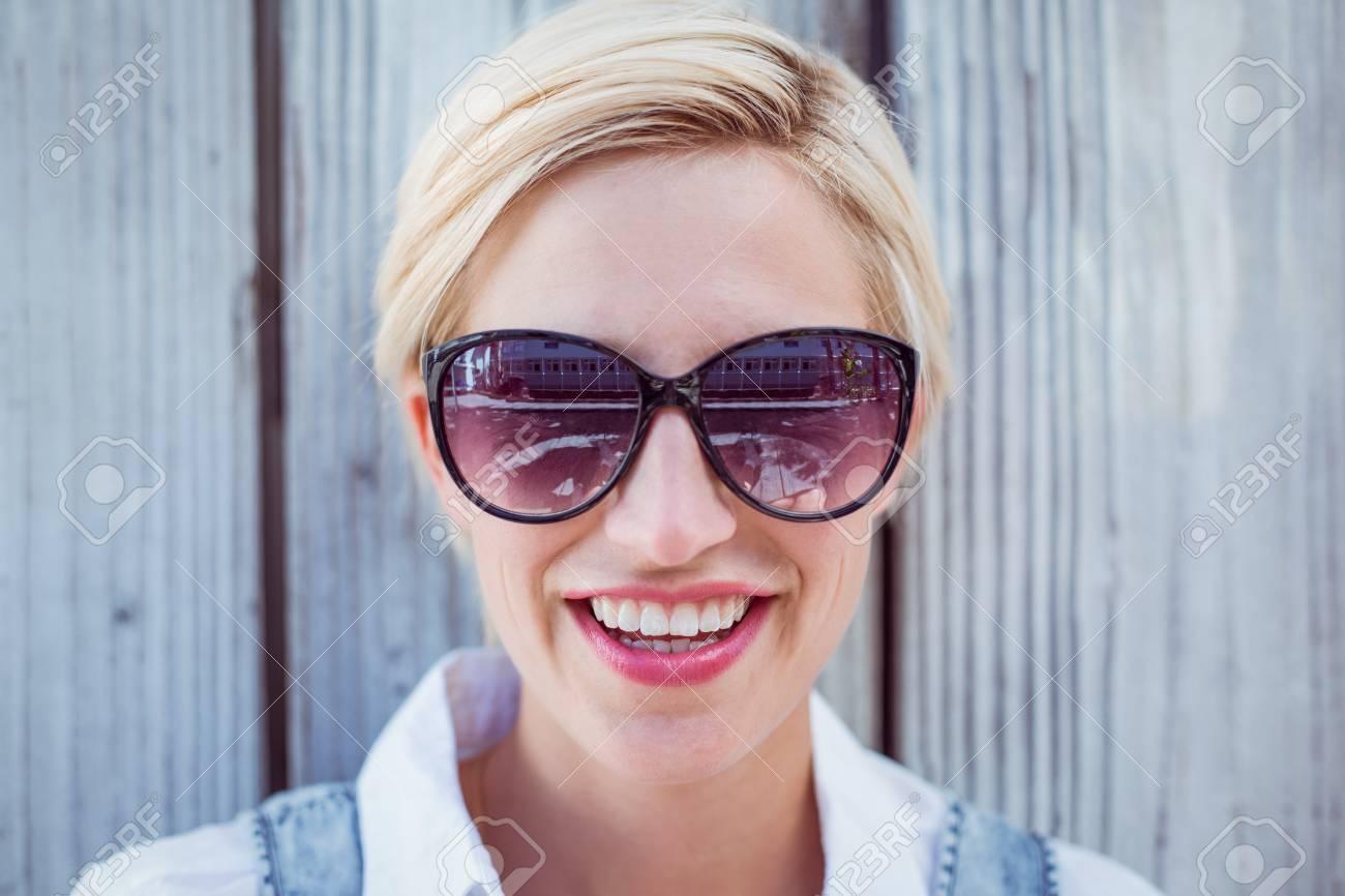 6624fb0bc0 Bastante Sol Gafas Que De Fondo Mujer Madera Desgasta Rubia Sobre OZuPTwkXi