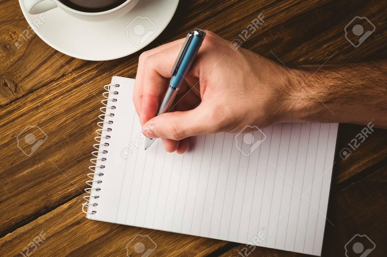 Main Qui Ecrit Sur Le Bloc Notes Sur Un Bureau Banque D Images Et