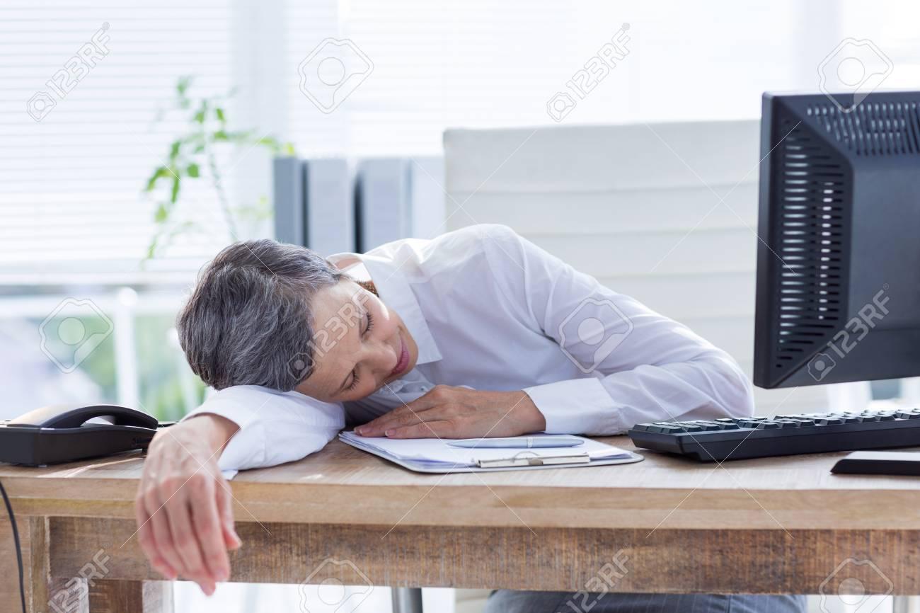 Affaires fatigué dormir à son bureau dans son bureau banque d