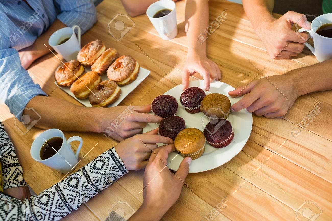 Geschaftsleute Die Kuchen Auf Dem Tisch Nach Dem Mittagessen Im