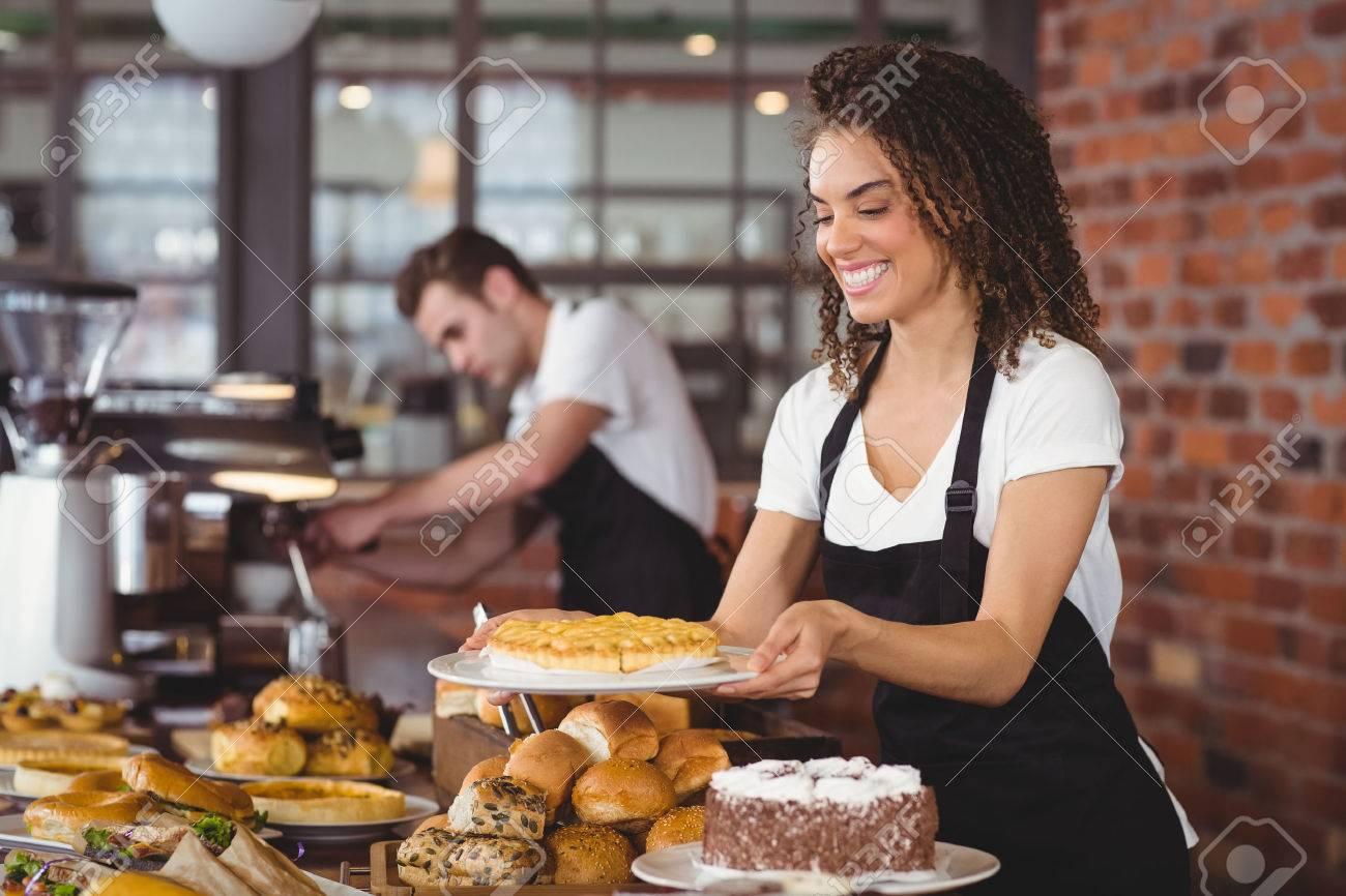 Lachelnde Kellnerin Die Kuchen Vor Kollegen Auf Coffee Shop