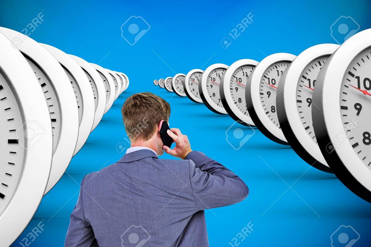 Torna Acceso Uomo Daffari Al Telefono Contro Sfondo Blu Con