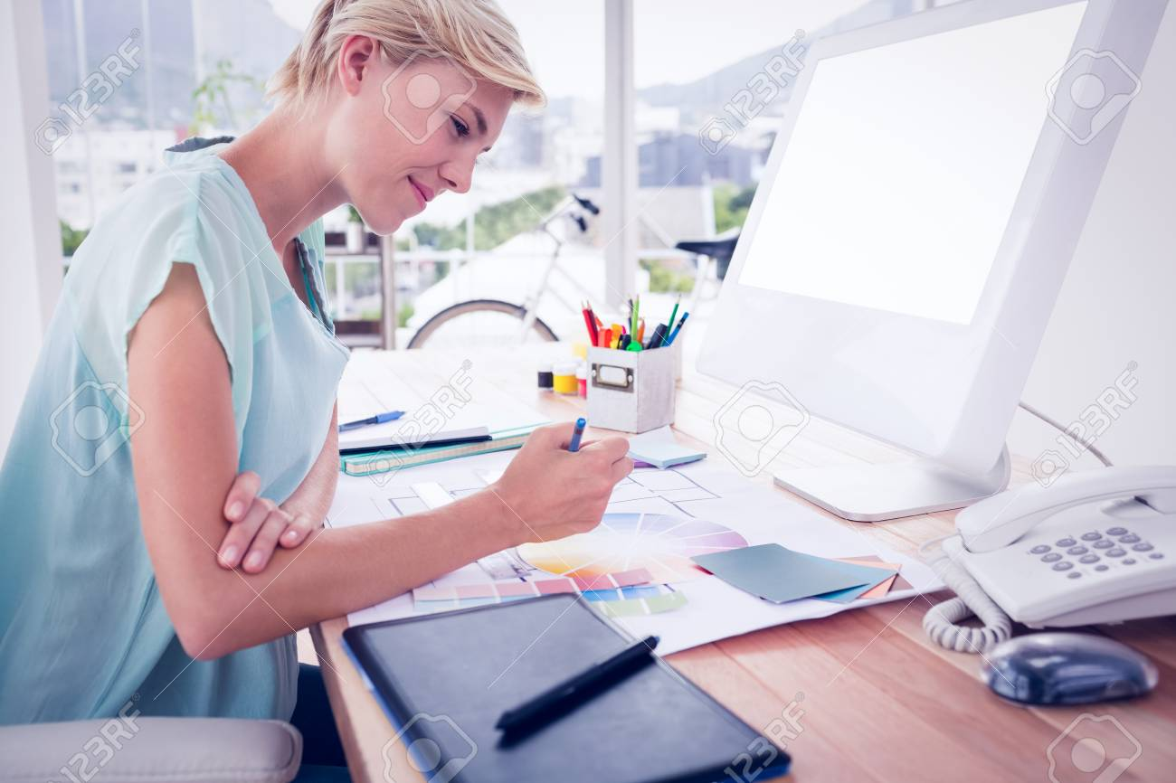 Kreative Geschäftsfrau Zeichnung Pläne Mit Farb Uhr Im Büro ...