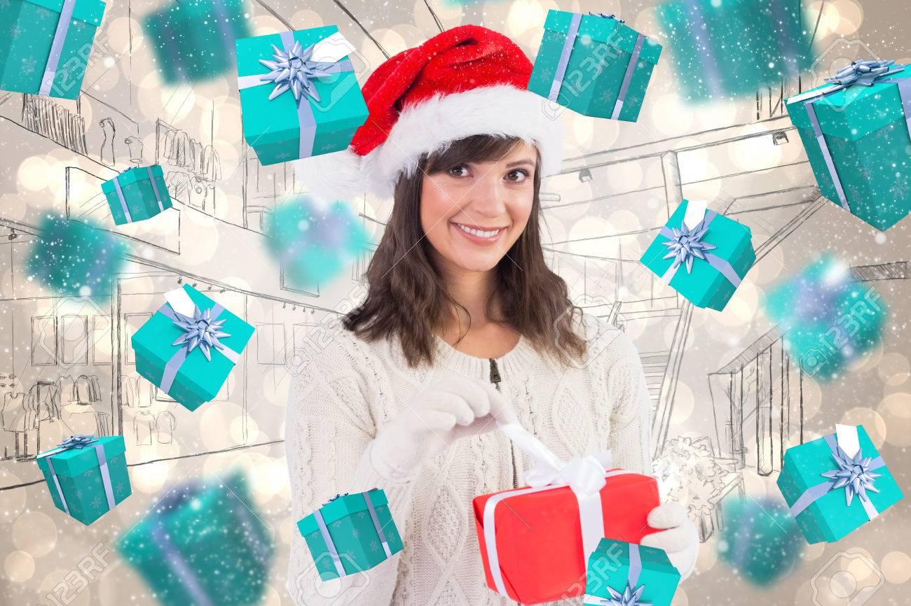 Mujer Joven Sonriente En El Sombrero De Santa Abrir Un Regalo De La ...