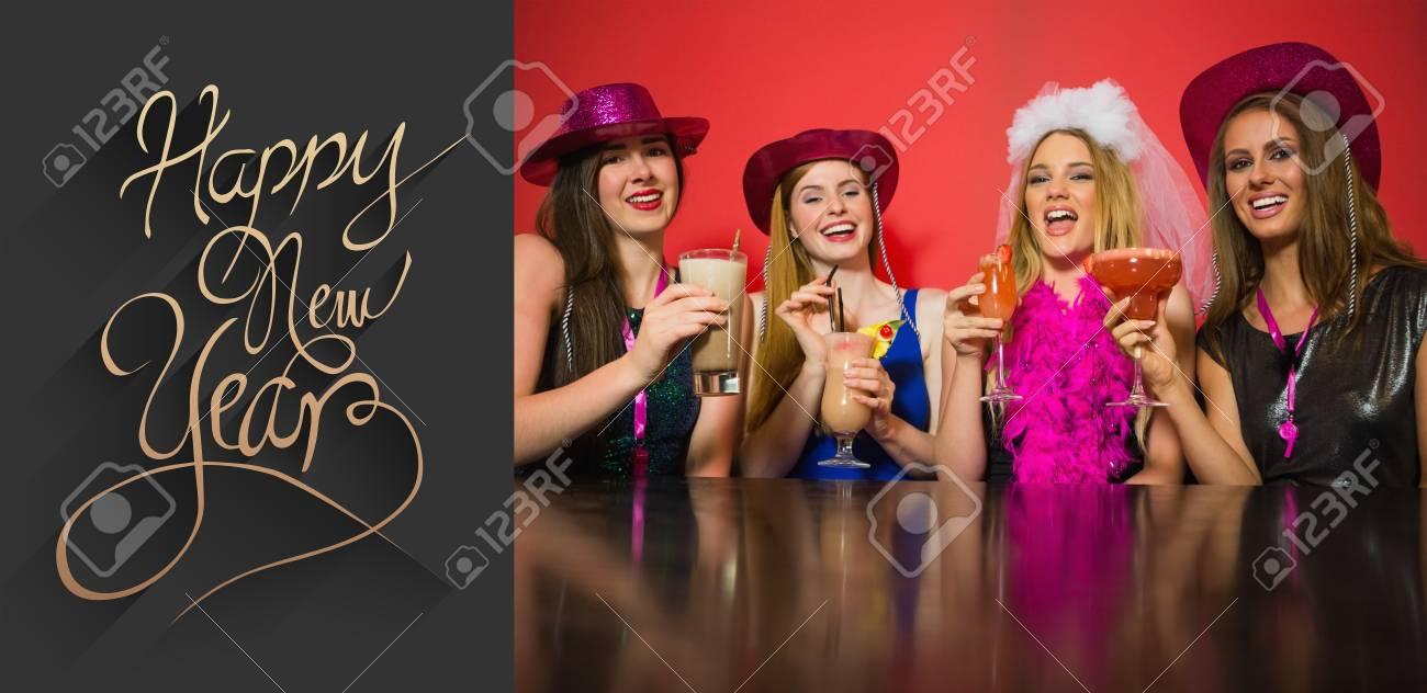 Lachende Freunde, Welche Die Henne Partei Hält Cocktails Gegen ...