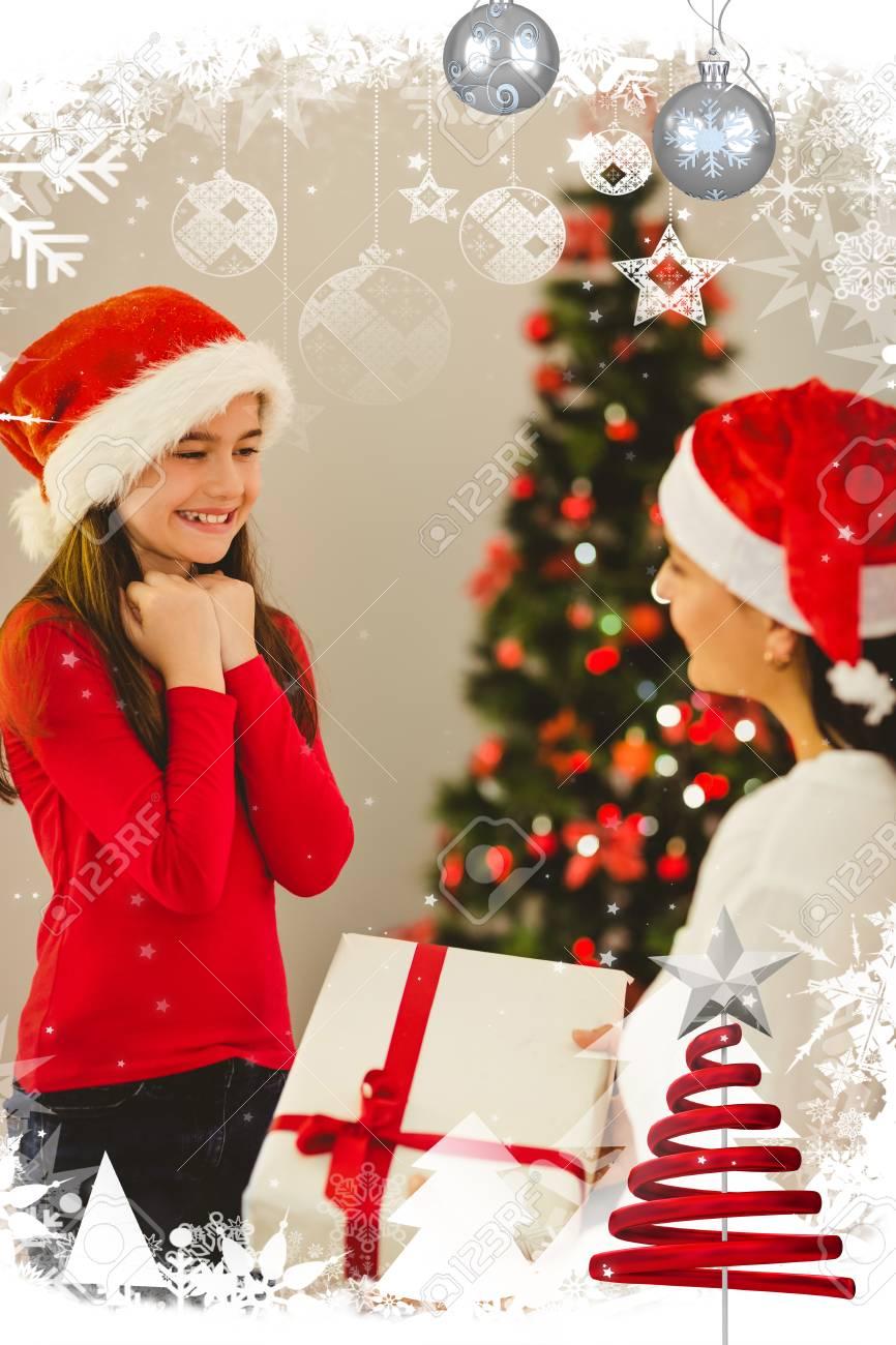 Madre Que Da A Su Hija Un Regalo De Navidad Contra El Marco De La ...