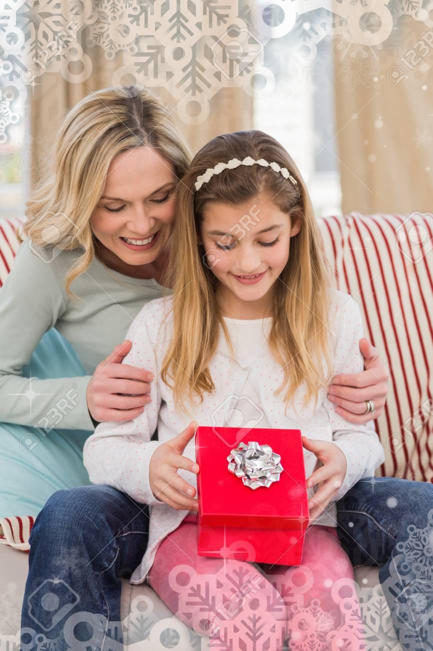 Tochteröffnung Weihnachtsgeschenk Mit Mutter Gegen Schneeflocke ...