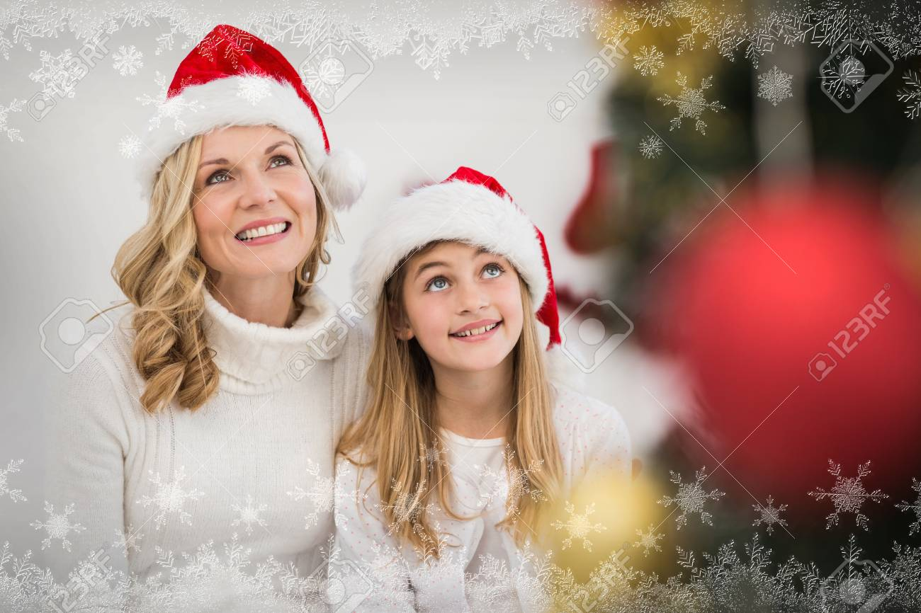 Festiva Madre E Hija Sonriendo En El árbol Contra El Marco De Copo ...