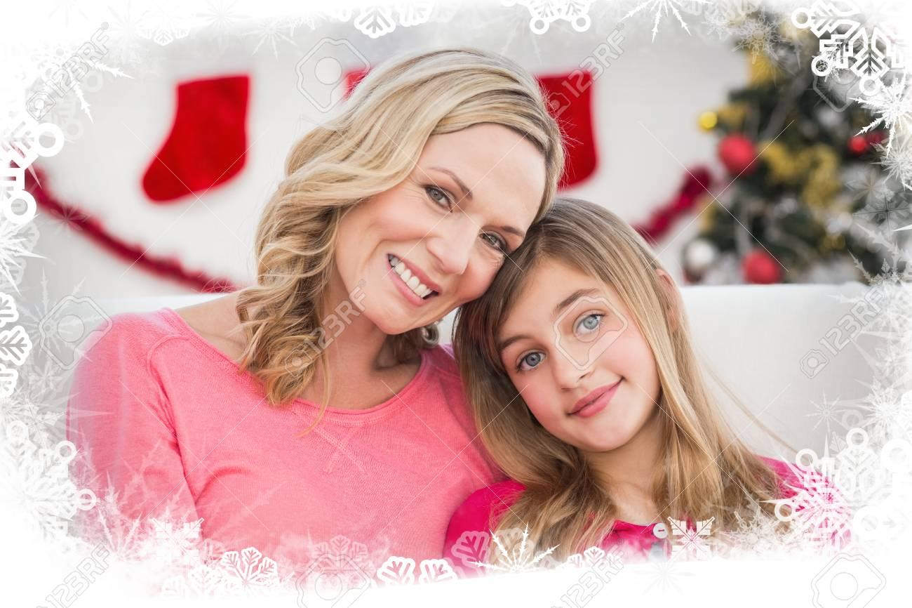 Festliche Mutter Und Tochter Lächeln In Die Kamera Vor Frost Rahmen ...