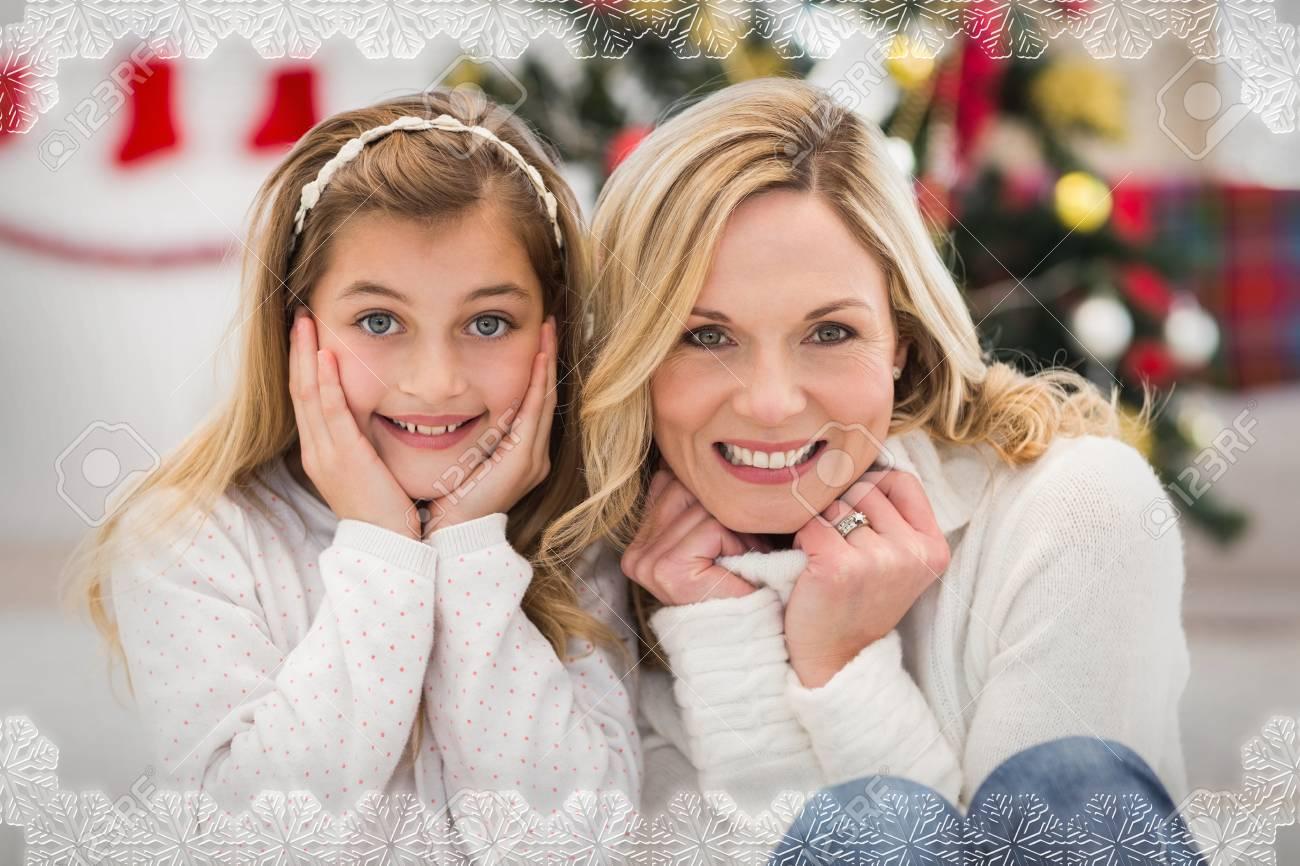 Festliche Mutter Und Tochter Lächeln In Die Kamera Gegen ...