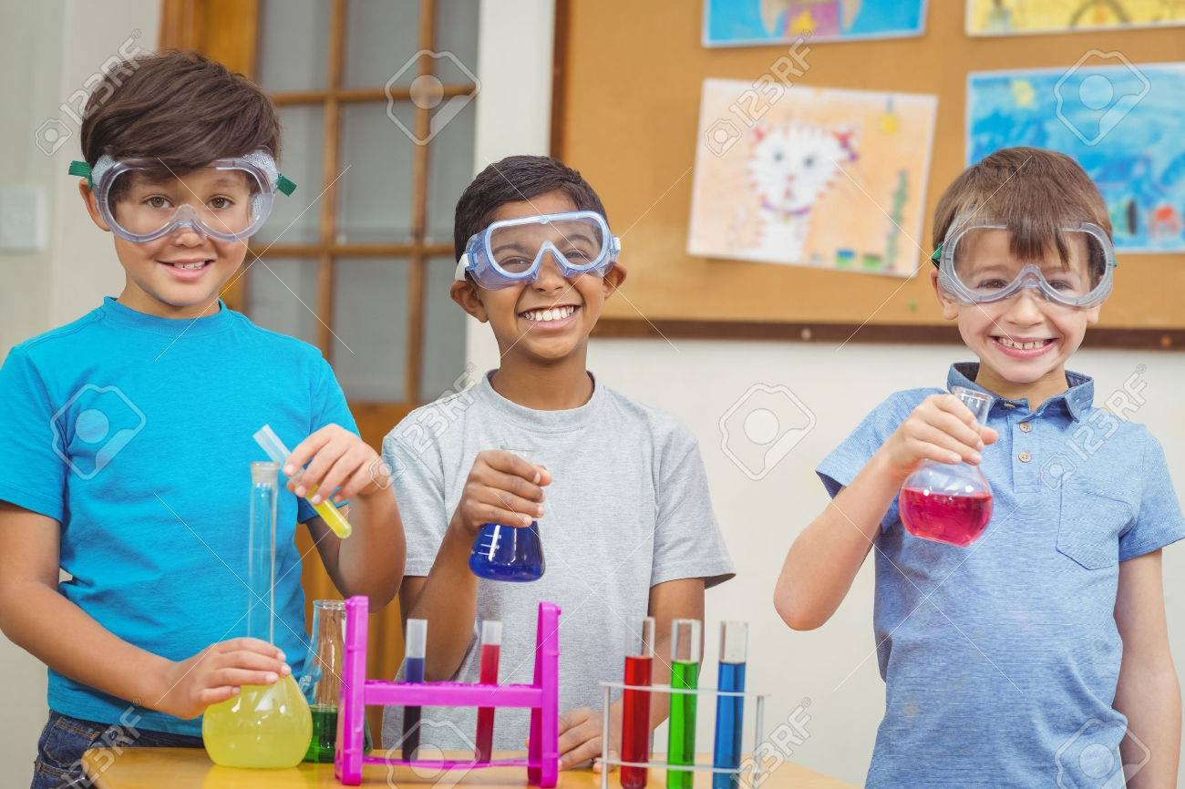 Pupils at science lesson in classroom at the elementary school - 44850830