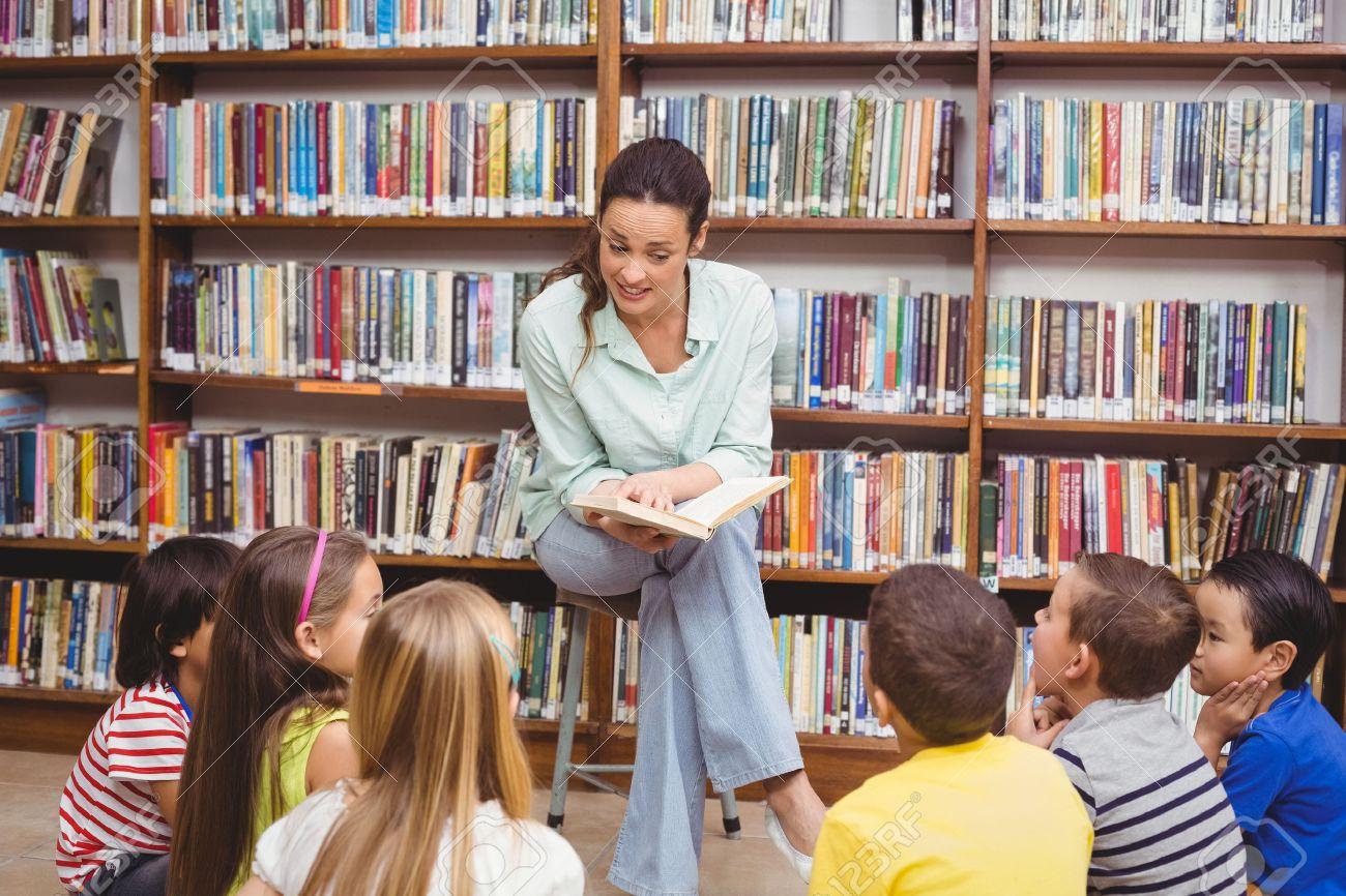 Banque d'images - Enseignant la lecture de ses élèves une histoire à l'école  élémentaire