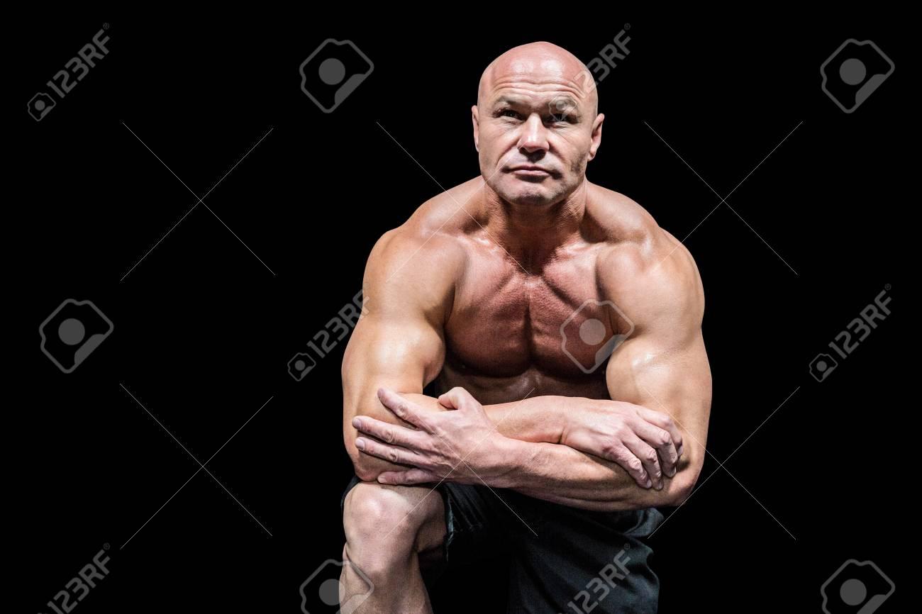 Musclé Homme Flexion à Genoux Sur Le Fond Noir Banque D Images Et ... a7e73e4d10d