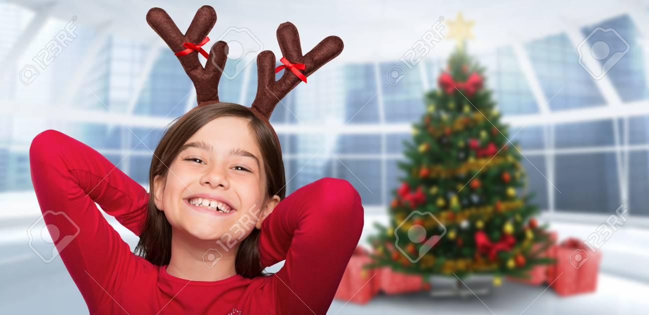 Festliche Kleine Mädchen Geweih Gegen Hause Mit Weihnachtsbaum ...