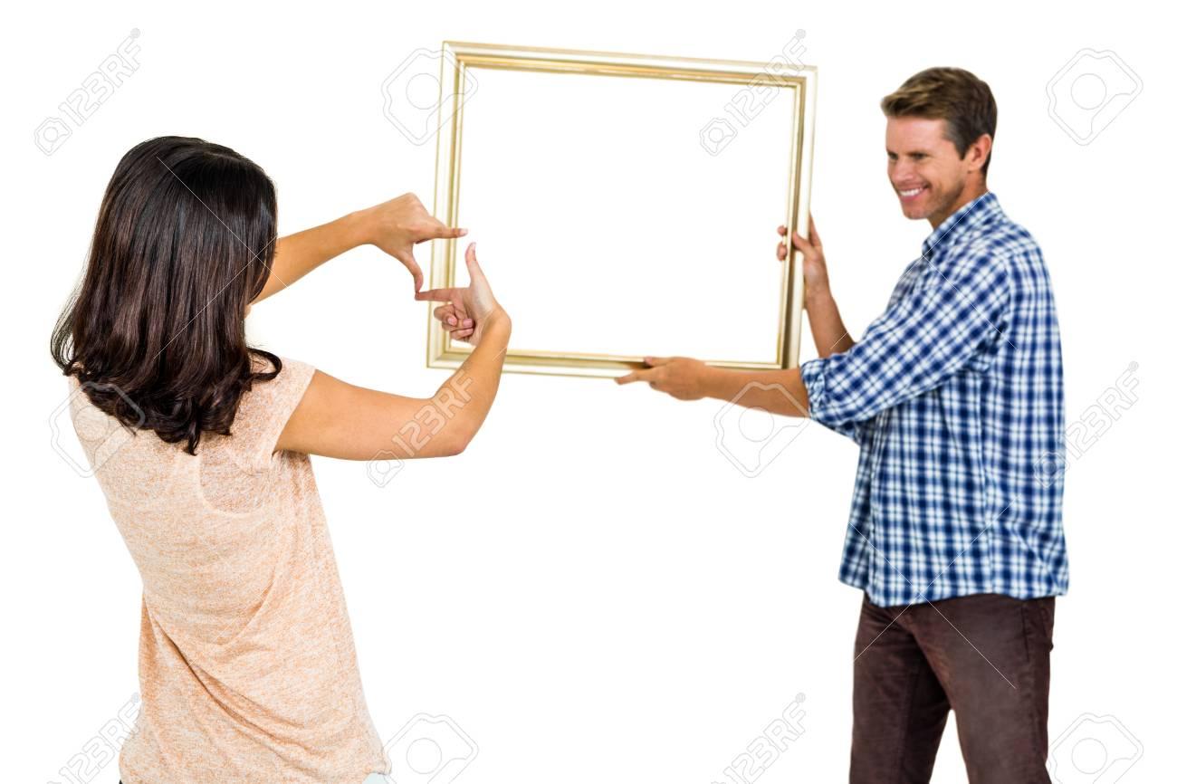 Glückliche Junge Paare, Hängende Bilderrahmen Auf Weißem Hintergrund ...