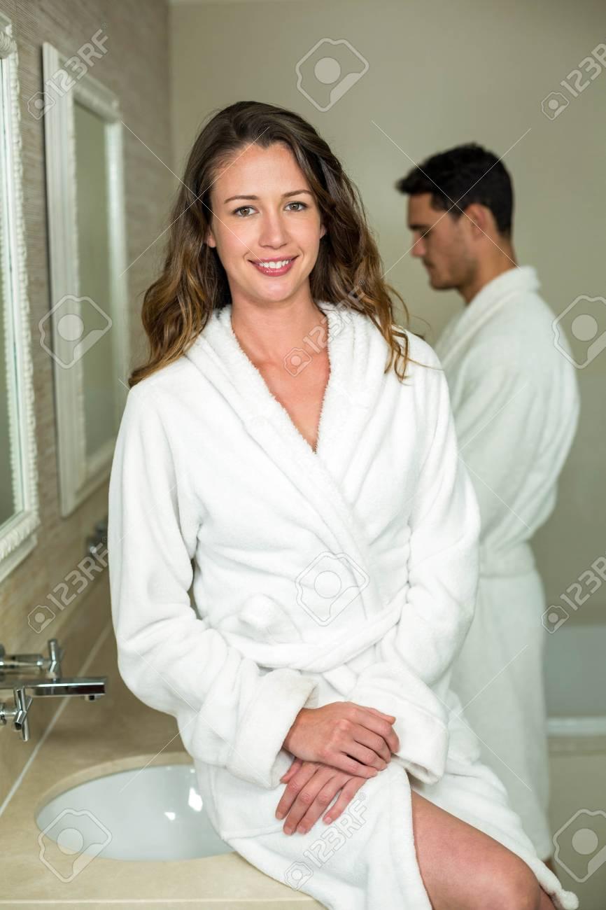 Schöne Frau, Die Kamera Im Badezimmer Lächelnd Lizenzfreie Fotos ...