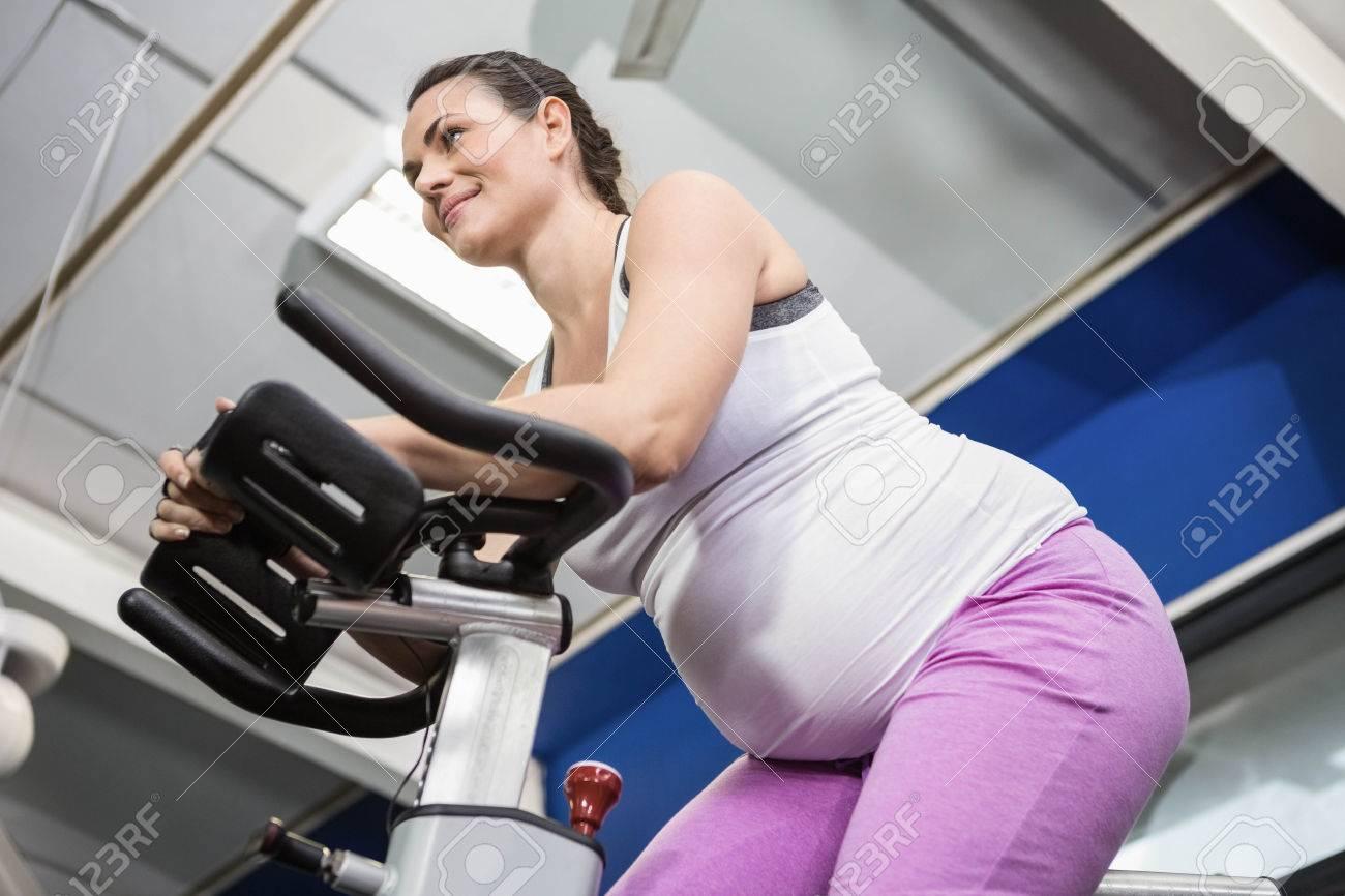 Une Femme Enceinte En Utilisant Un Velo D Exercice A La Salle De