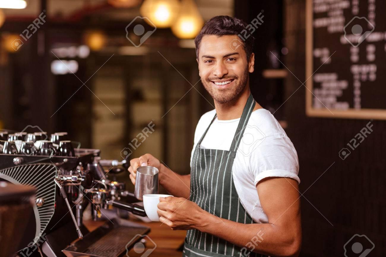 serveur Handsome ajoutant du lait au café au café Banque d'images - 52878154