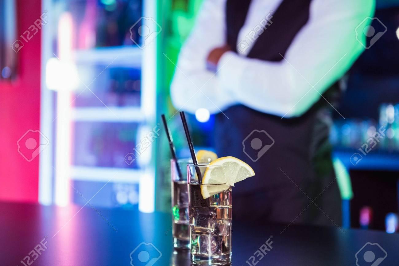 Zwei Gläser Gin Auf Bartheke Und Barkeeper Im Hintergrund Gelehnt ...