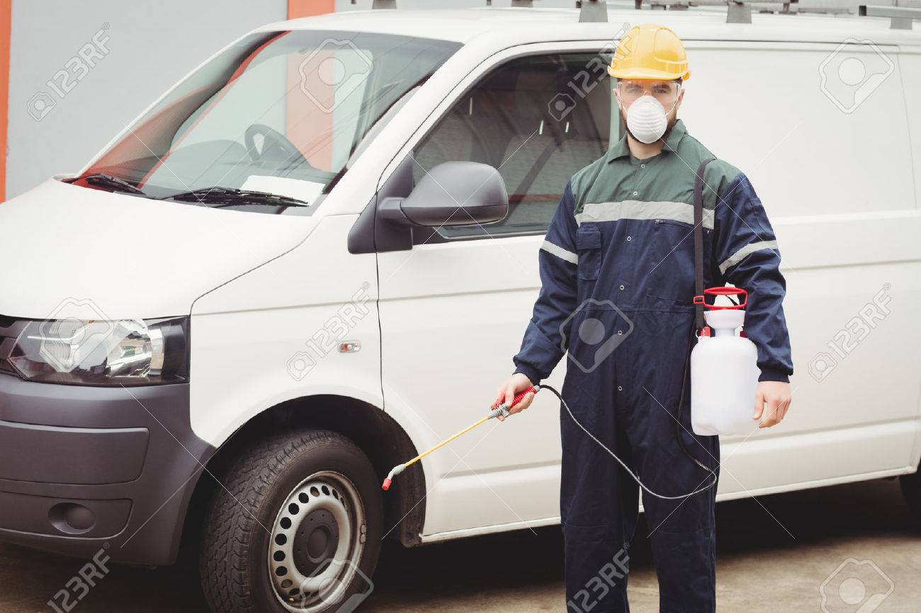 Handyman with insecticide standing in front of his van Banque d'images - 53818397