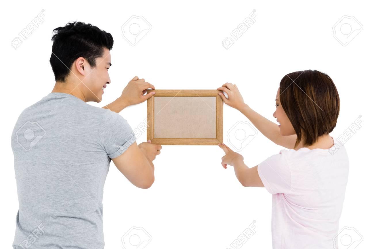 Junges Paar Bilderrahmen Auf Weißem Hintergrund Aufstellen ...
