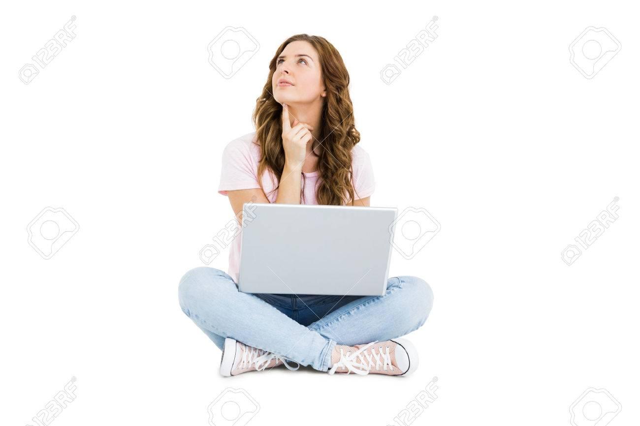 Réfléchi jeune femme utilisant un ordinateur portable sur fond blanc Banque d'images - 53949371