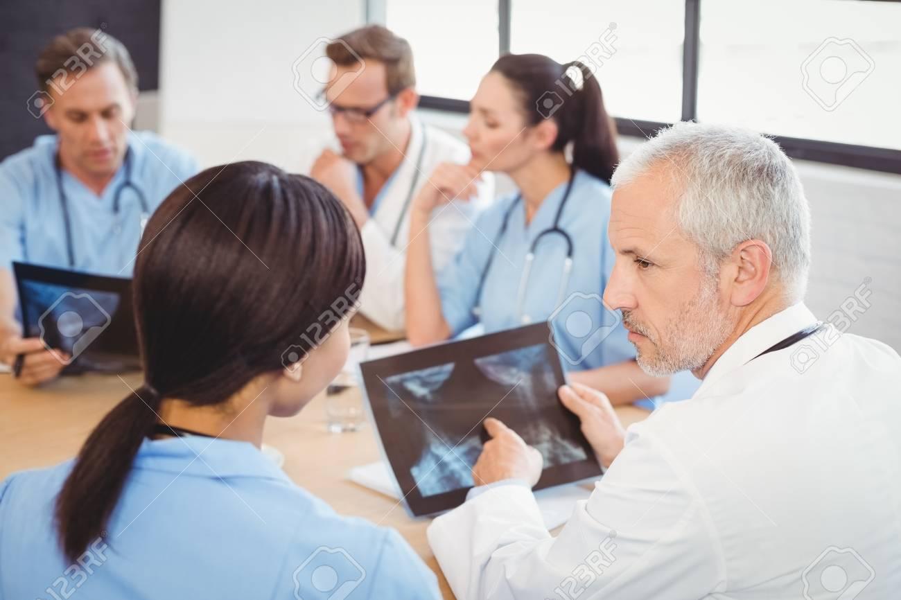 Rzte Ein Röntgen Bericht Im Krankenhaus Untersuchen Und Kollegen Im ...
