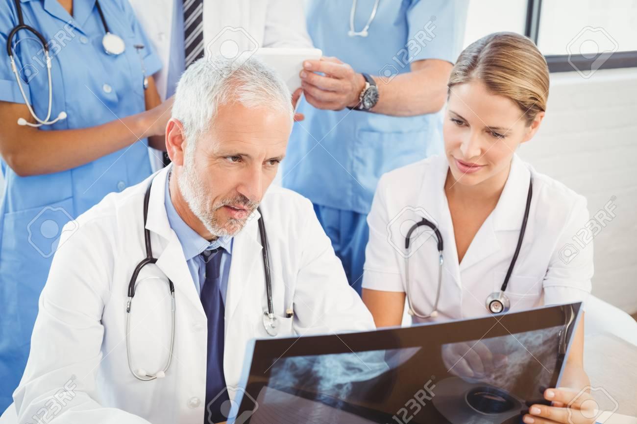 Zwei Ärzte, Die Einen Röntgenstrahlbericht Im Krankenhaus überprüfen ...